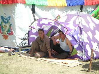 Tibeter warten in ihren mitgebrachten Zelten