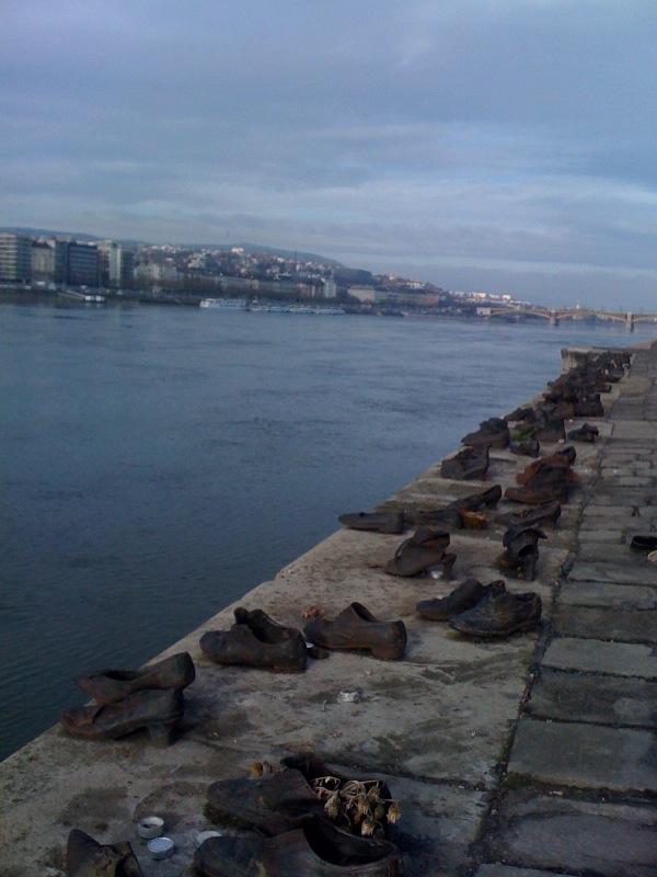 Schuhe in Budapest am Fluss